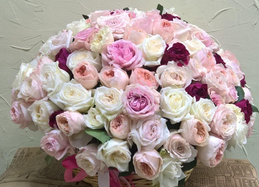 Букет из разноцветных пионовидных роз в корзине