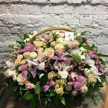 Букет из белых орхидей и ранункулюсов