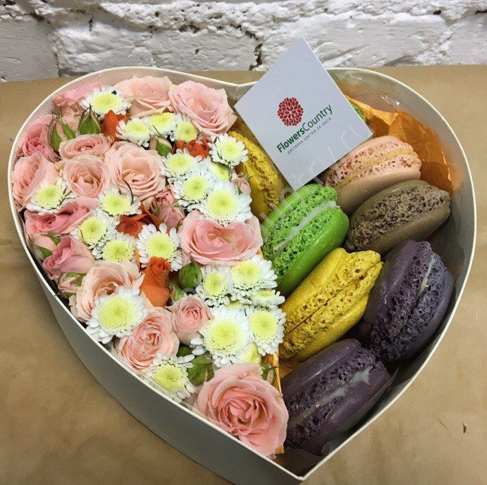 Букет из цветов и макарони в форме сердца