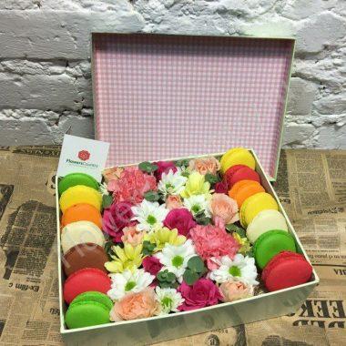 Букет из хризантем, роз и макарони