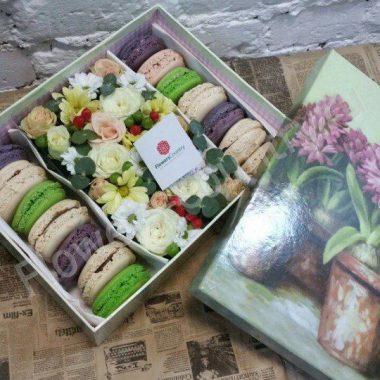 Букет из роз, хризантем эвкалипта и макарони