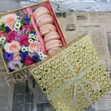 Букет из эустомы, хризантем, роз  и макарони
