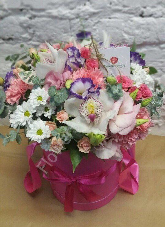 Букет из орхидей, гвоздик и роз в шляпной коробке