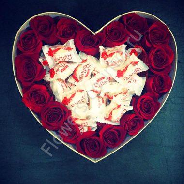 Букет с розами и раффаэлло в форме сердца