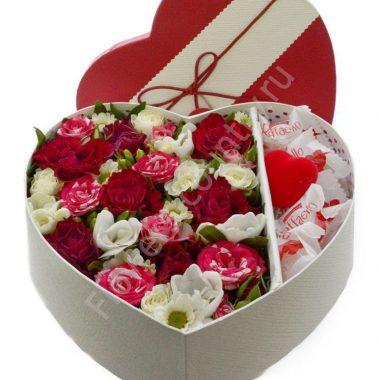 Букет с цветами и раффаэлло в коробке