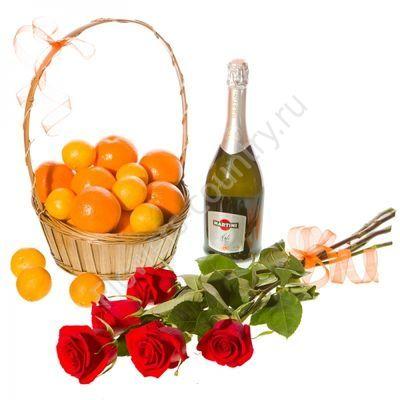 Корзина с фруктами и мартини