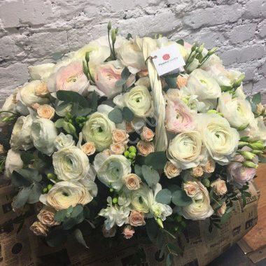 Букет с ранункулюсами, фрезией и кустовой розой в корзине