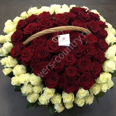 Букет из красных и белых роз в корзине