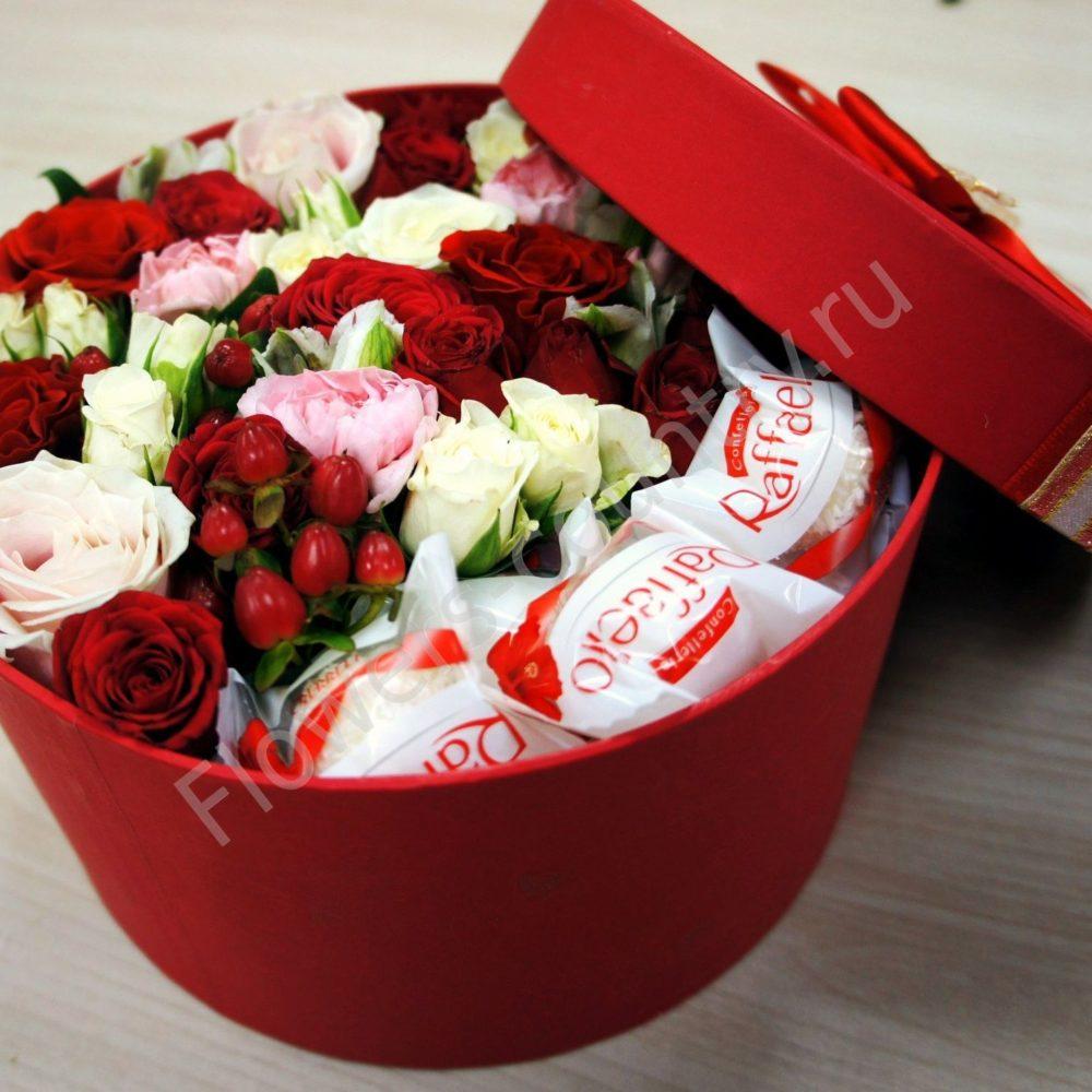 Букет цветов и раффаэлло в круглой коробке