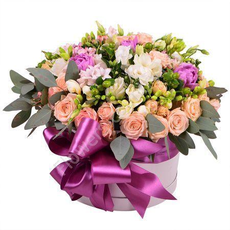 Букет из роз, фрезий, гиацинта, гиперикума в коробке