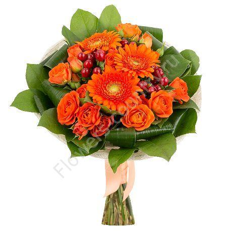 Букет из гиперикума, герберы и оранжевой кустовой розы