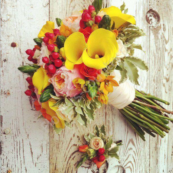 Букет невесты из желтых калл и оранжевых роз