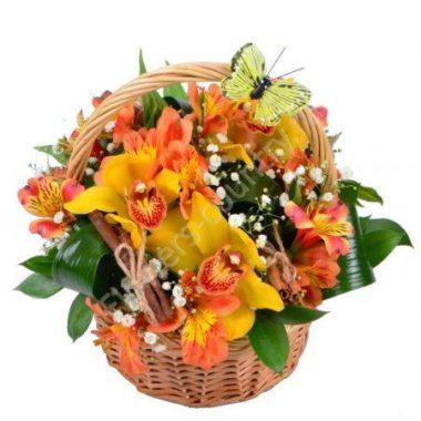 Букет из альстромерий и орхидей в маленькой корзине