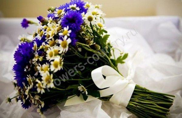 Букет невесты из васильков и ромашек