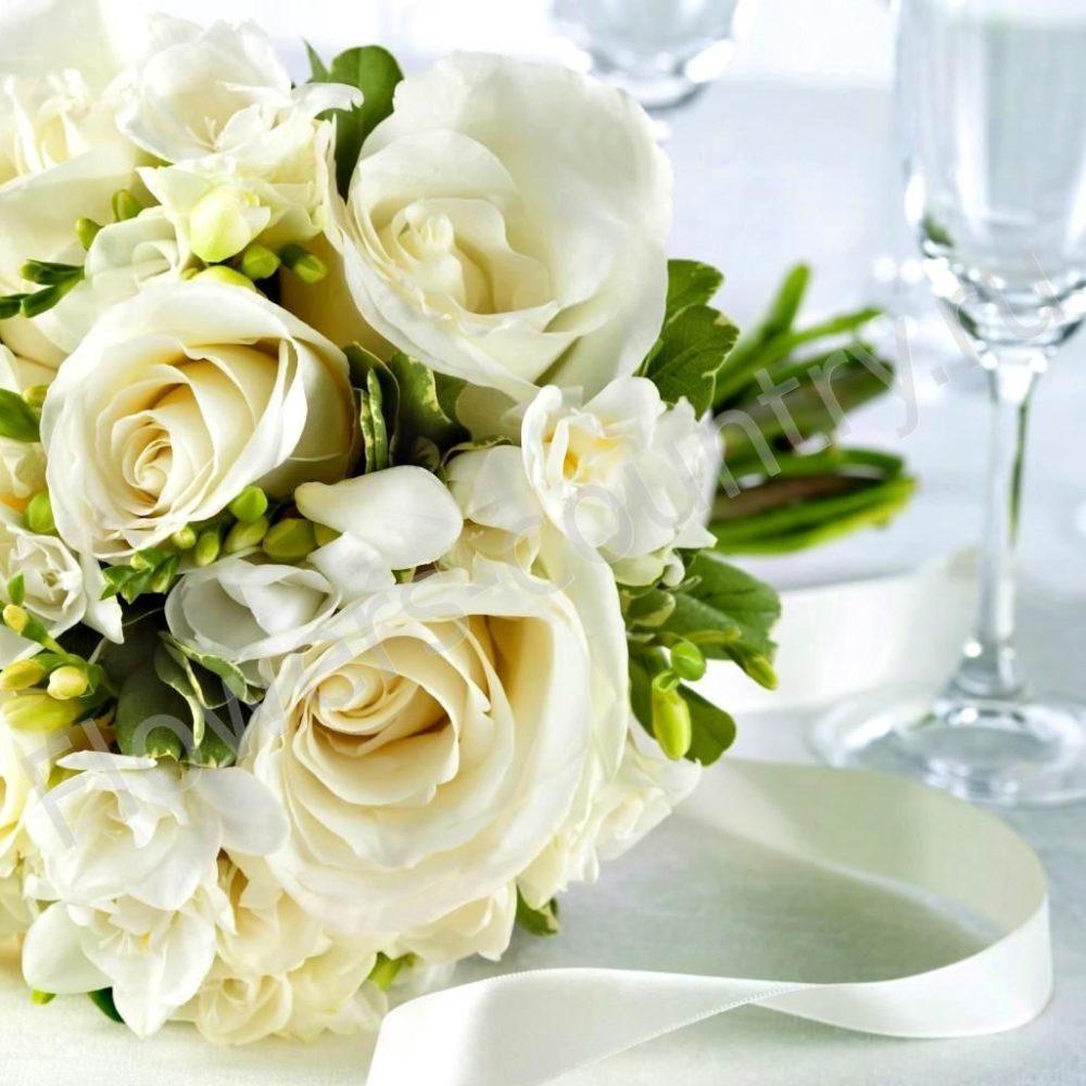 Букет невесты из 15 роз и фрезии