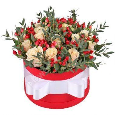 Букет из кремовой розы и гиперикума в коробке