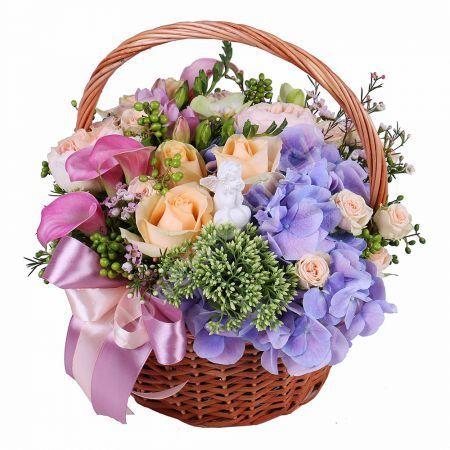Букет из гортензии, розы, фрезии в корзине