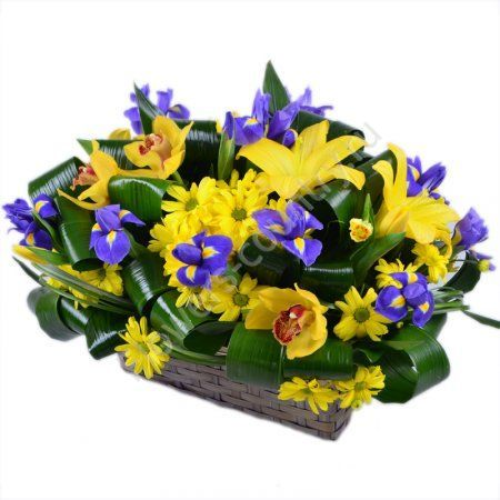 Букет из ириса, орхидеи и лилии в корзине