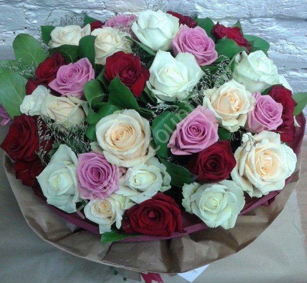 Букет из бордовой, сиреневой и персиковой розы
