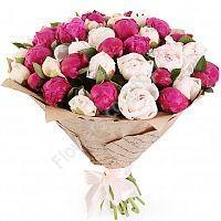 Букет из белых и ярко-розовых пионов
