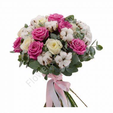 Букет с хлопком, розовыми и белыми розами