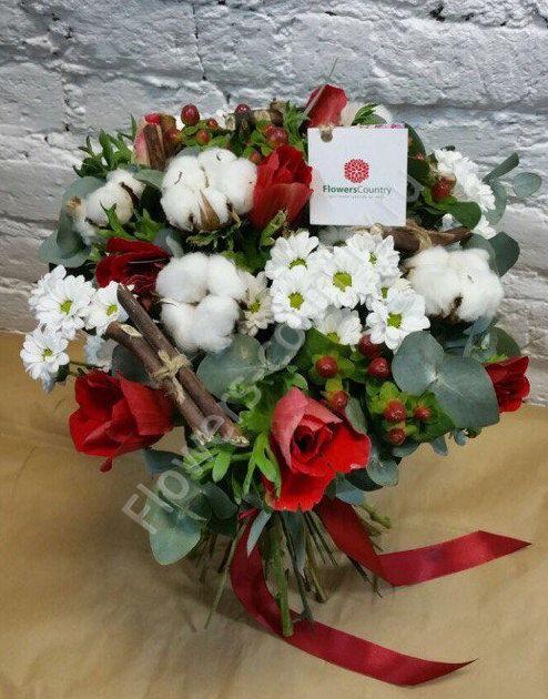 Зимний букет с хризантемами, анемонами и хлопком