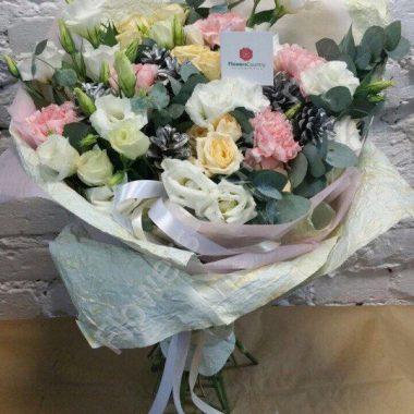 Зимний букет из эустом, гвоздик и роз «Прованс»