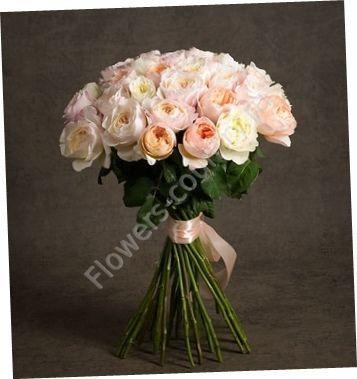 Букет из персиковых и белых пионовидных роз