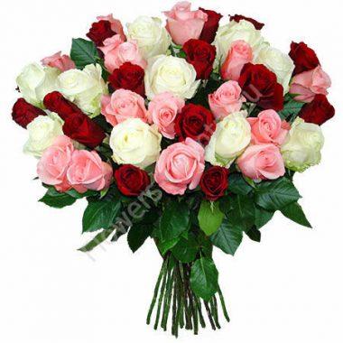 Букет из красных, белых и розовых роз