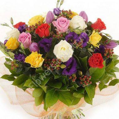 Букет из разноцветных роз и эустомы