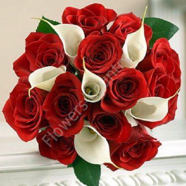 Букет из красных роз и белых калл