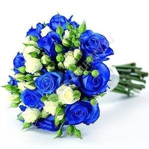 Букет из белых кустовых и синих роз