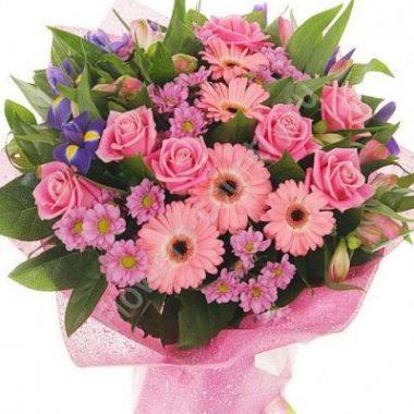 Букет из розовых роз, гербер и хризантем