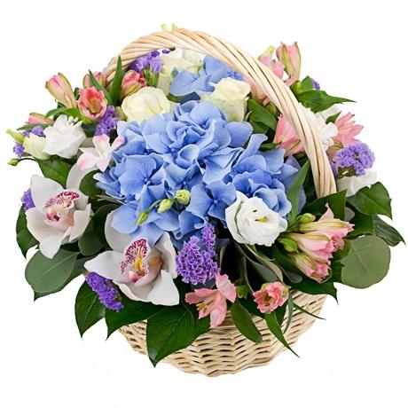 Букет из гортензии и орхидеи в корзине