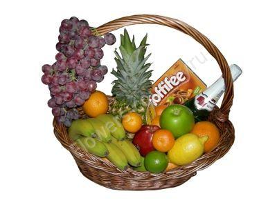 Корзина с фруктами, конфетами и шампанским