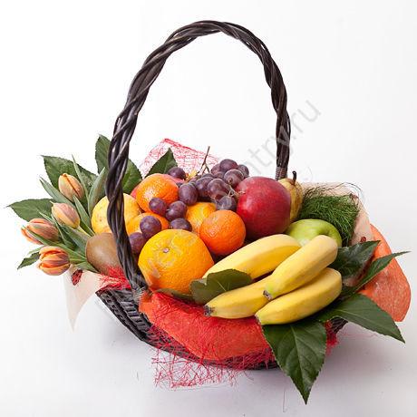 Корзина с тюльпанами и фруктами