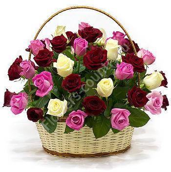 Букет разноцветных роз в корзине