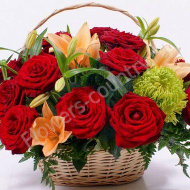 Букет из лилий и роз в корзине