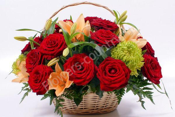 Букет из роз и лилий в корзине