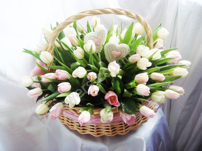 Букет из 75 белых и розовых тюльпанов в корзинеэ