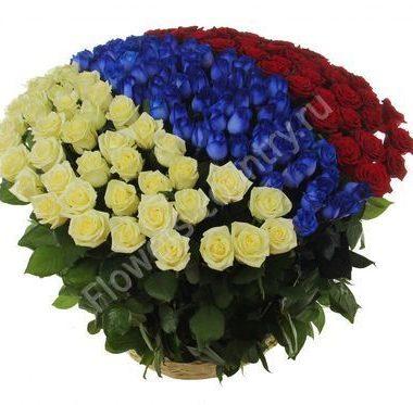 Корзина из белых, синих и красных роз «Триколор»