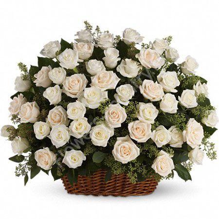 Букет с белыми розами в корзине