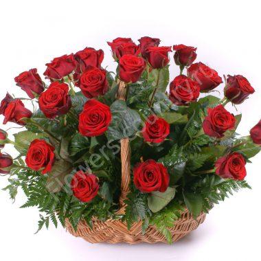 Букет с красными розами в корзинке
