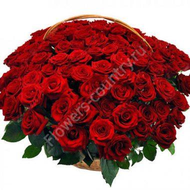 Букет красных роз в корзине