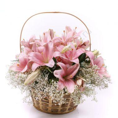 Букет из розовых лилий в корзине