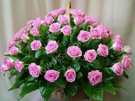 Букет с розовыми розами в корзинке
