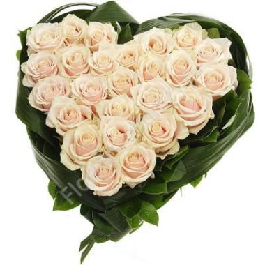 Букет кремовых роз в форме сердца