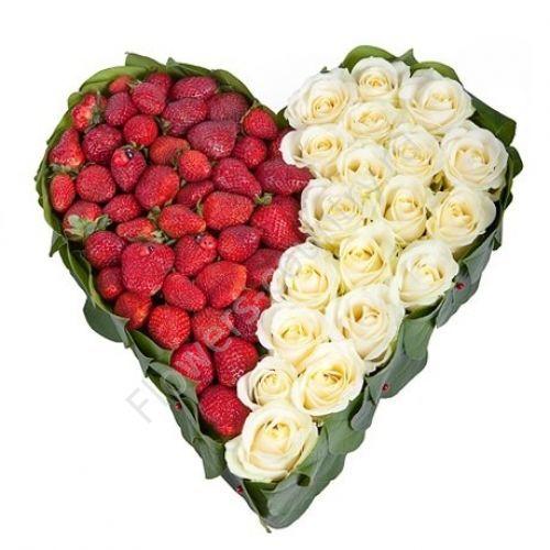 Букет из белых роз и клубники в форме сердца