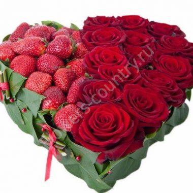Букет из красных роз и клубники