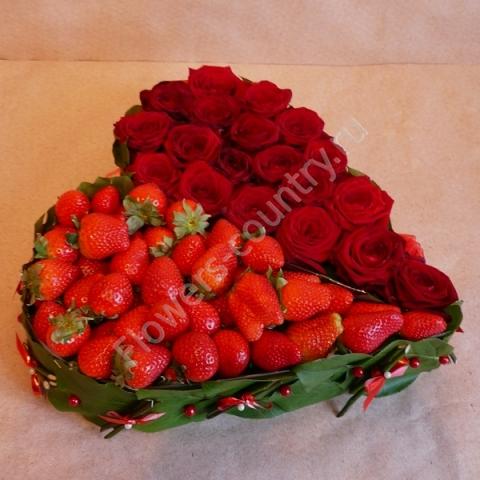 Букет из красных роз и клубники в форме сердца